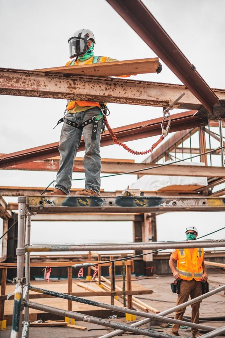 Jak zabezpieczać prace remontowe na wysokościach?
